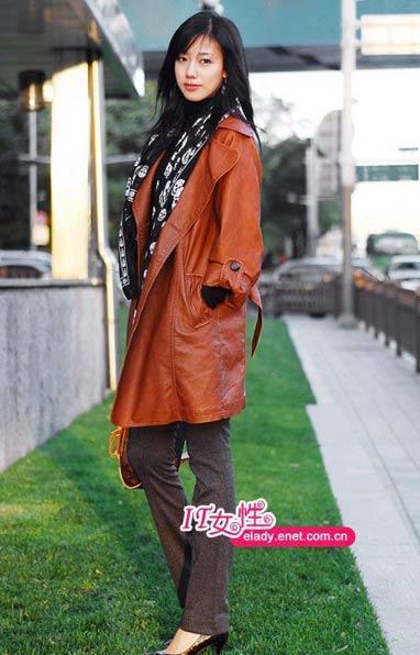 长款风衣是今季最流行的款式,打底衫在搭配一条个性十足的围巾,