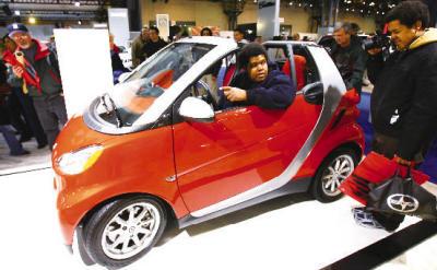 参观者试乘smart品牌的一款袖珍车.   新华社记者 侯俊摄   高清图片
