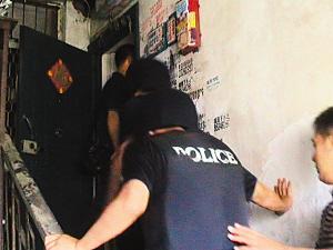 假警察洗头房外行抢 作案16起抢得10万元-假警