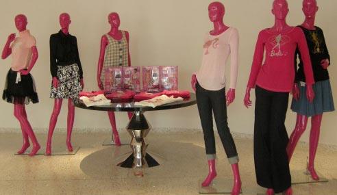 正门口的芭比.穿的是森奈设计的衣服,芭比成人装-芭比全球旗舰店