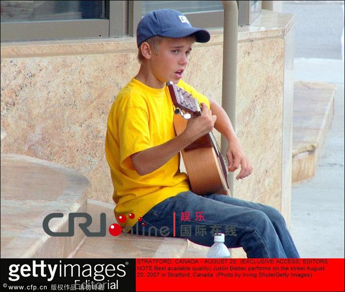 比伯成名前艰辛童年曝光 为赚钱养家街头卖唱