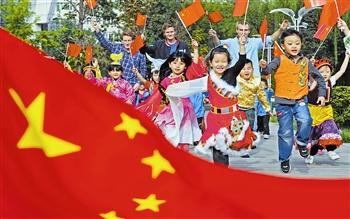 200余名儿童身著象征56个民族的节日盛装,与在津工作、生活的外
