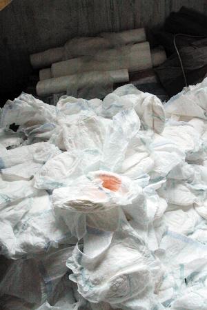 天津一公司翻新尿片出售 上面还带大量污渍血
