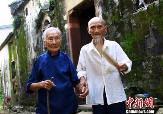 江西104岁老人白发转黑 称养生有秘诀