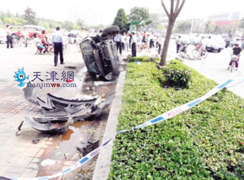 尼桑轿车突然失控撞倒三人后侧翻 零件散落一地高清图片