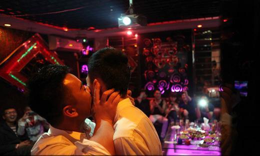 福建首对男同性恋公开v全城引全城沸腾(图)-婚表情包夸张a全城图片