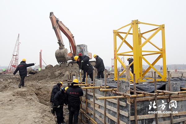 工程人员正在安装塔吊