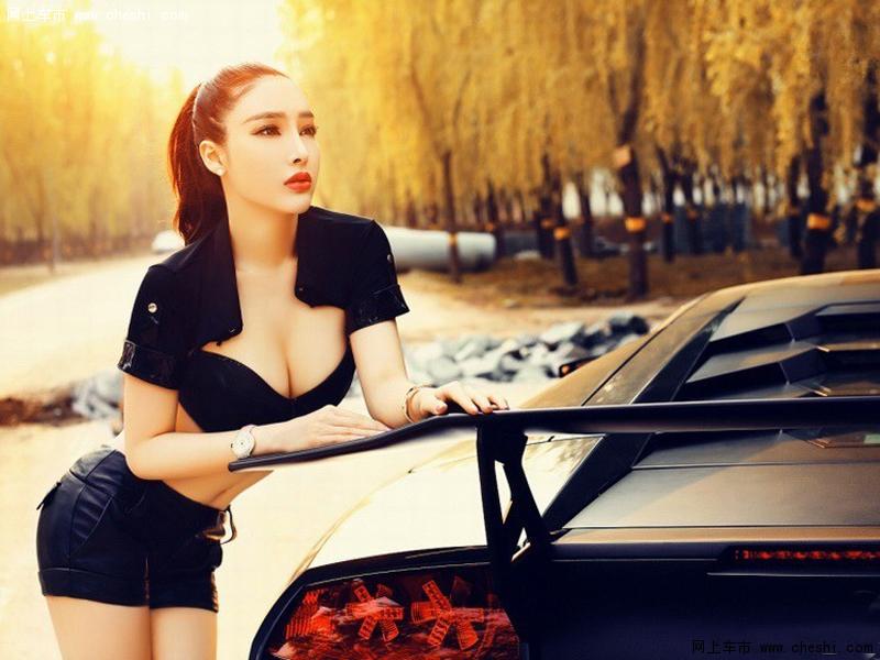阳光下的魅惑 性感长发美女独爱狂野大牛 汽车
