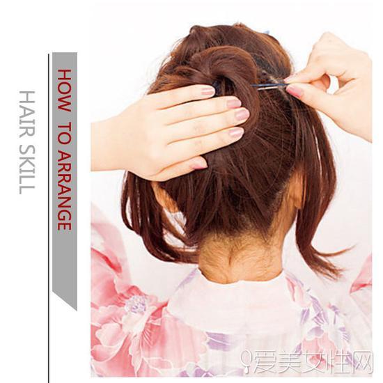 扭转成发髻后用发夹固定.   step4:取出右侧的发束,扭转后用发夹固