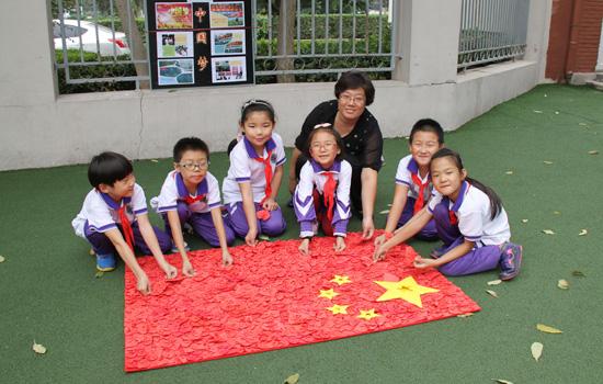 织未成年人开展向国旗敬礼签名寄语活动