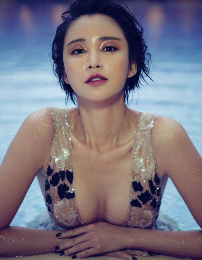 张歆艺泳池湿身照曝光 小露酥胸展绝美风情 时