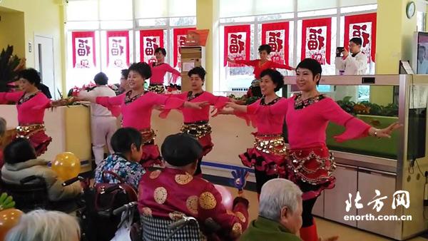 春节期间,西营门街赵苑炫彩舞蹈队来到鹤童养老院,用充满青春活力的